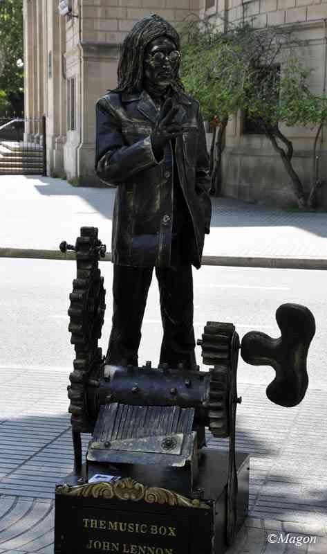 Живые статуи Барселоны. Джон Леннон