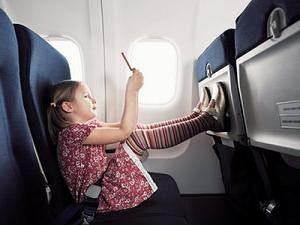 Ребенок хулиганит в самолете